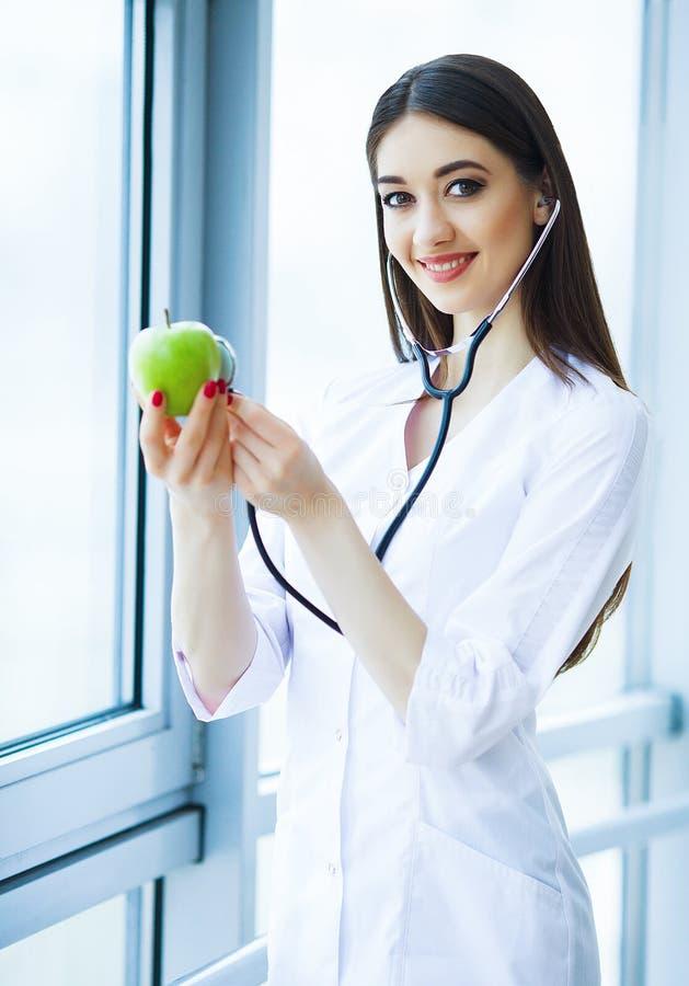zdrowy dieta zdrowa Doktorski dietetyczki mienie w rękach Świeży Gr fotografia stock