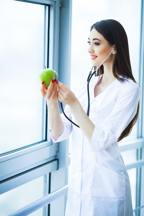 zdrowy dieta zdrowa Doktorski dietetyczki mienie w rękach Świeży Gr zdjęcie royalty free