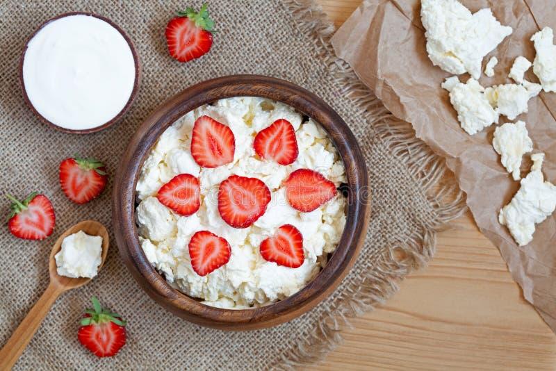 Zdrowy domowej roboty chałupa sera śniadanie lub lunch zdjęcia stock