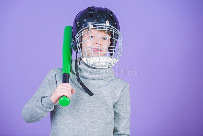 Zdrowy dzieci?stwo Baseballa sta?owy poj?cie Ch?opiec w he?ma chwyta kiju bejsbolowym Sport i hobby Opieka o bezpiecze?stwie obrazy stock
