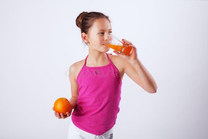 Zdrowy dziecko pije sok Pojęcie zdrowy jedzenie i vi fotografia royalty free