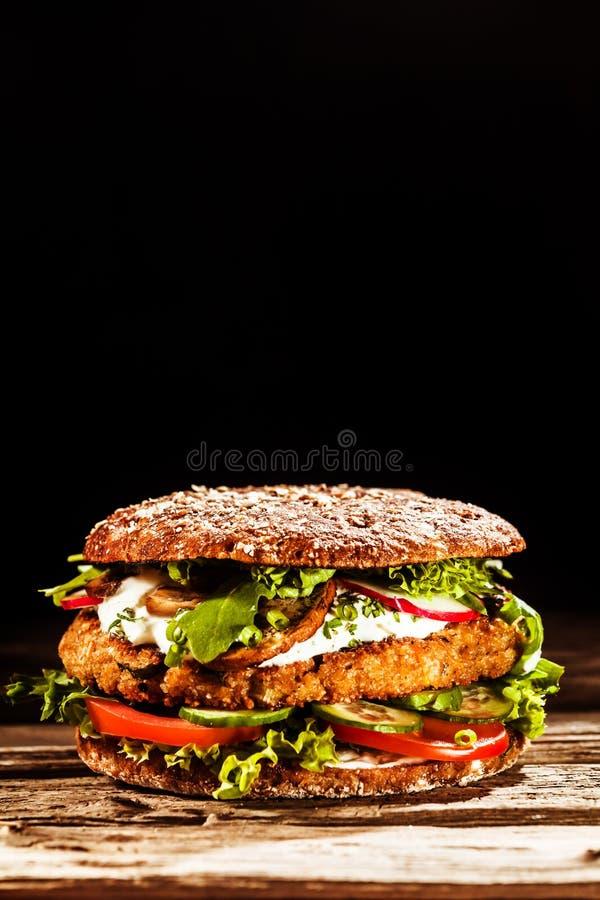 Zdrowy hamburger na Całej Zbożowej babeczce obraz royalty free