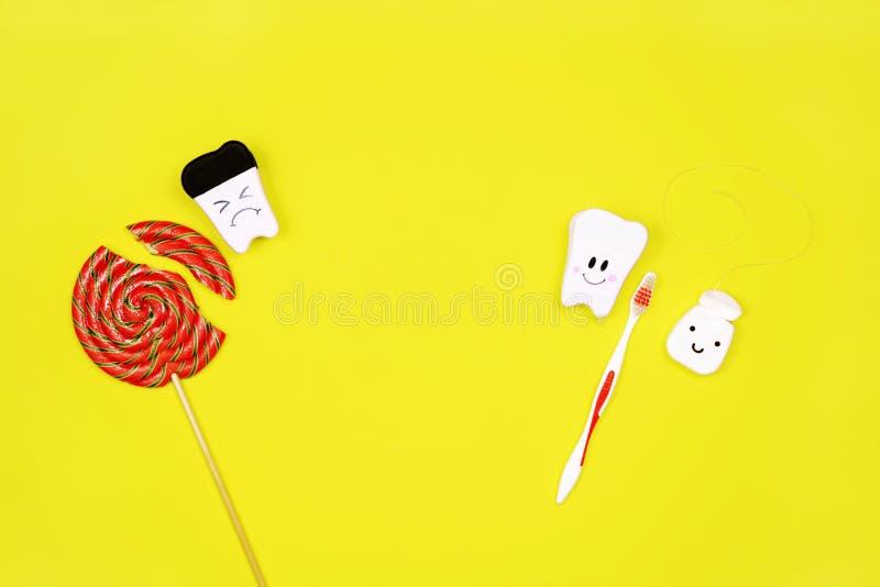 Zdrowy i chory ząb lizak i toothbrush na żółtym tle, Zęby Czyści pojęcie zdjęcie royalty free