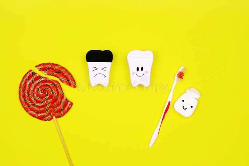 Zdrowy i chory ząb lizak i toothbrush na żółtym tle, Zęby Czyści pojęcie zdjęcia royalty free