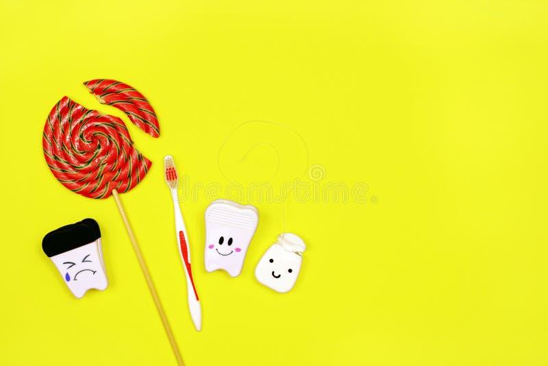 Zdrowy i chory ząb lizak i toothbrush na żółtym tle, Zęby Czyści pojęcie zdjęcie stock
