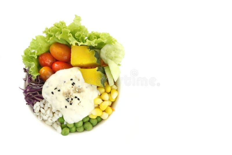 Zdrowy i dieta jedzenie, świeżego warzywa sałatkowa sałata, pomidor, bania, marchewka, kukurudza, jagła, ogórek, purpurowa kapust obraz stock