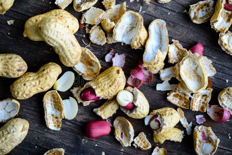 Zdrowy i dieta jedzenie Unpeeled arachidy na drewnianym nieociosanym backgro zdjęcie stock