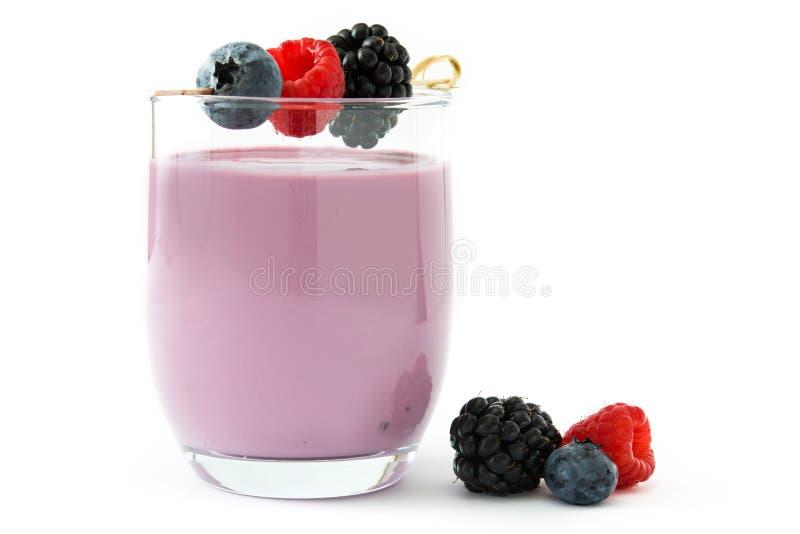 Zdrowy jagodowy smoothie w szkle odizolowywającym zdjęcia royalty free
