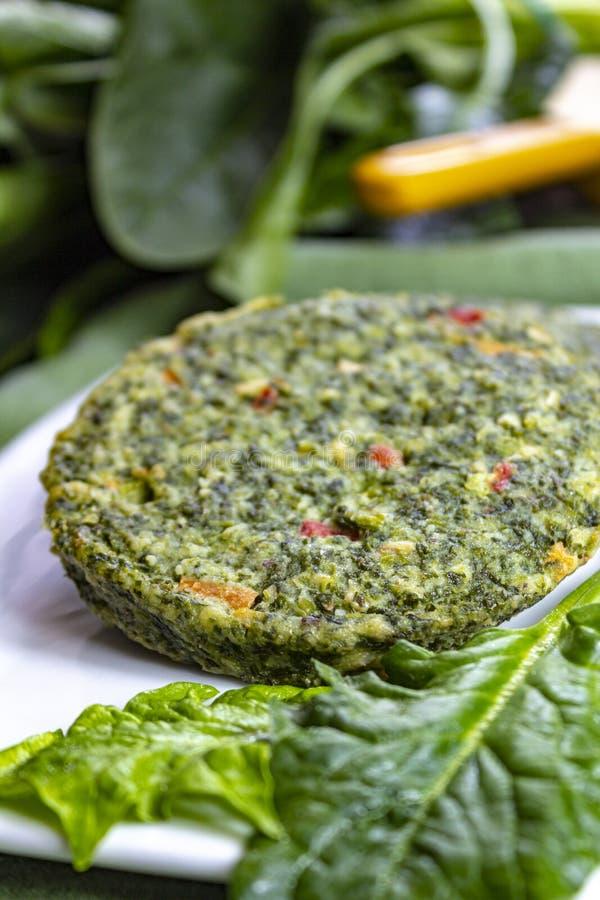 Zdrowy jarosza lub weganinu jedzenie, uncooked zieleni szpinak?w hamburgery, sk?adnik dla hamburger?w zdjęcie royalty free