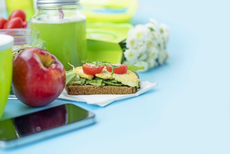 Zdrowy jarski Śniadaniowy kanapki adry chleb z ziele i tofu, detox smoothie, jabłko, słonecznikowi ziarna, wiśnia zdjęcie stock