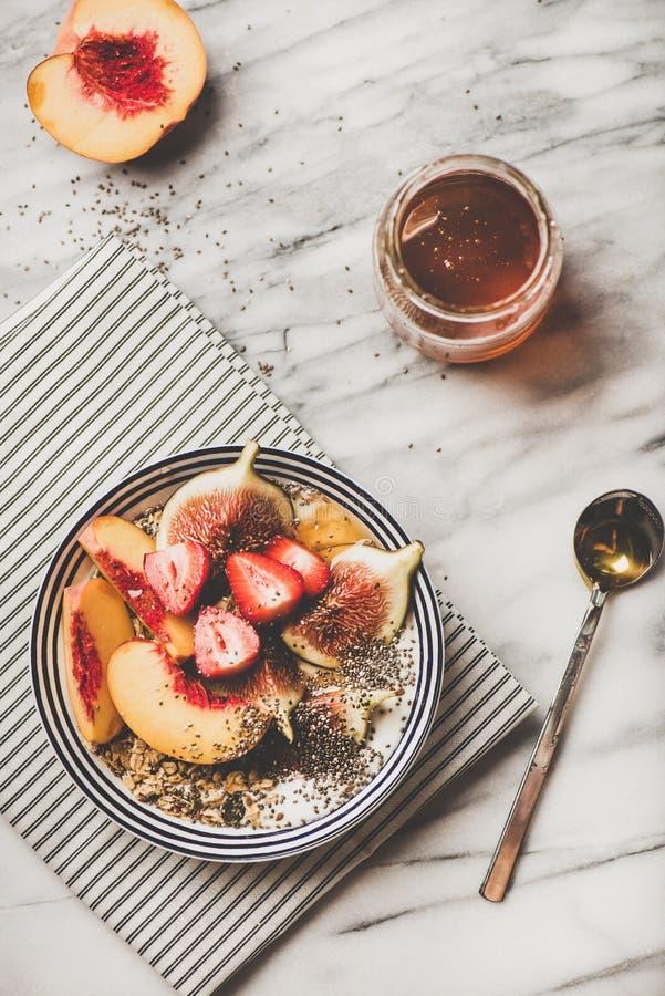 Zdrowy jarski ?niadaniowy puchar z jogurtem, owoc i miodem, fotografia royalty free