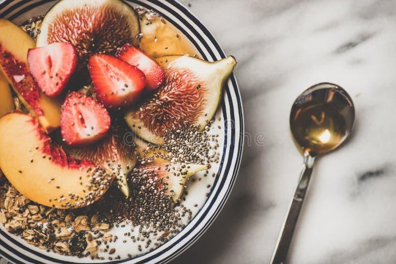Zdrowy jarski śniadaniowy puchar z jogurtem, owoc i miodem, w górę fotografia stock