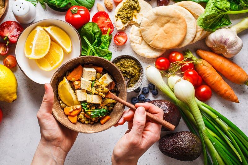 Zdrowy jarski karmowy t?o Warzyw, pesto i soczewicy curry z tofu, zdjęcia stock