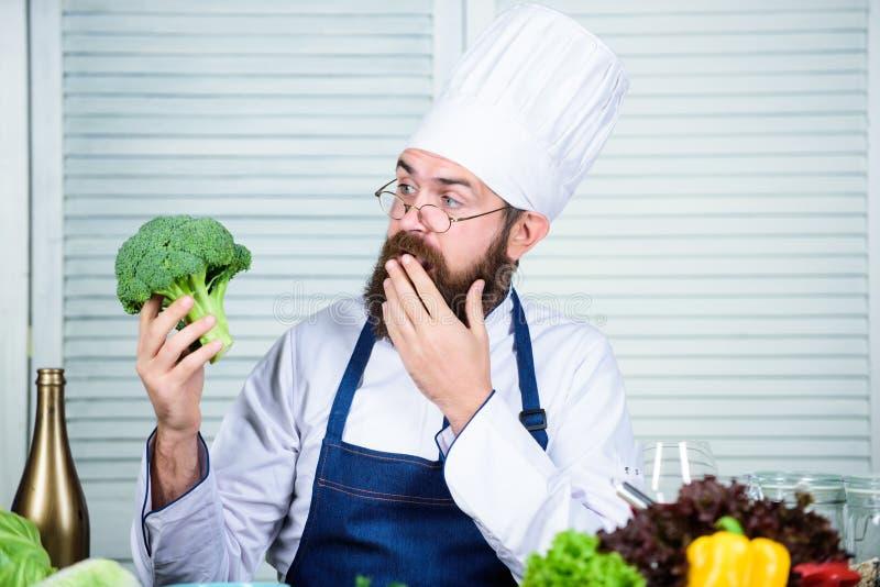 Zdrowy jarski przepis organiczne warzywa Wybieram tylko zdrowych sk?adniki M??czyzny fartucha i kapeluszu chwyta kucbarscy broku? obraz royalty free