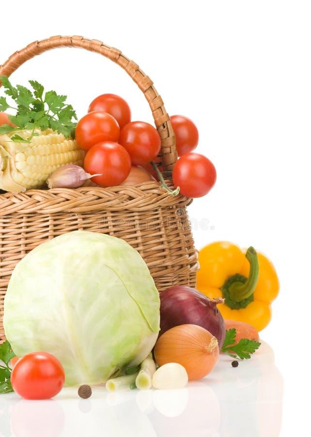 Zdrowy jarzynowy jedzenie i kosz na biel obraz royalty free