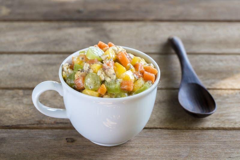 Zdrowy jedzenie, chia nasieniodajny pudding z mango, zieleni winogrona, melonowiec, owsów płatki, kokosowy mleko i muesli, witami fotografia royalty free