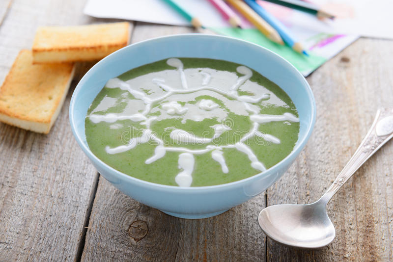 Zdrowy jedzenie dla dzieci - szpinak śmietanki polewka fotografia royalty free