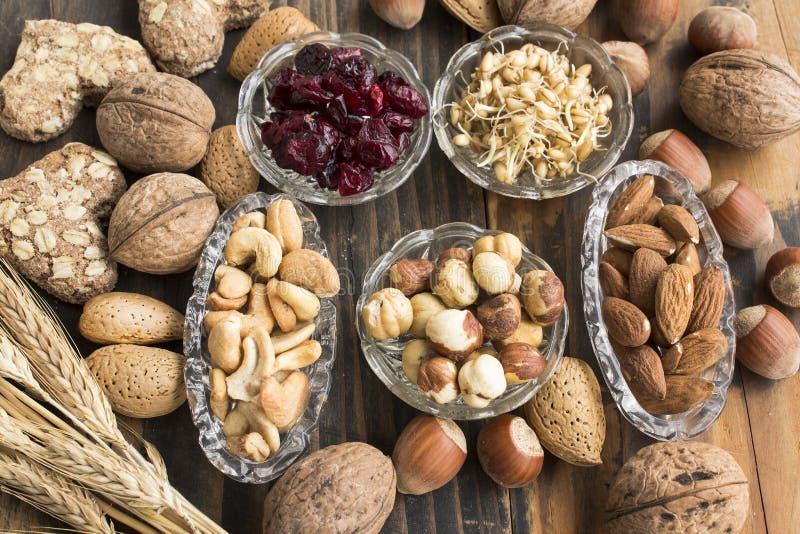 Zdrowy jedzenie, dokrętki, Pszeniczny zarazek, Cali Pszeniczni ciastka i Cranberr, obrazy stock