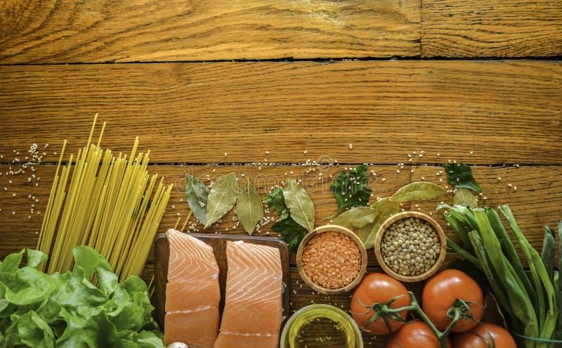 Zdrowy jedzenie i warzywa na tle na drewno stole Odgórny widok, kopii przestrzeń Pojęcie o karmowych i zdrowych świeżych składnik obrazy stock