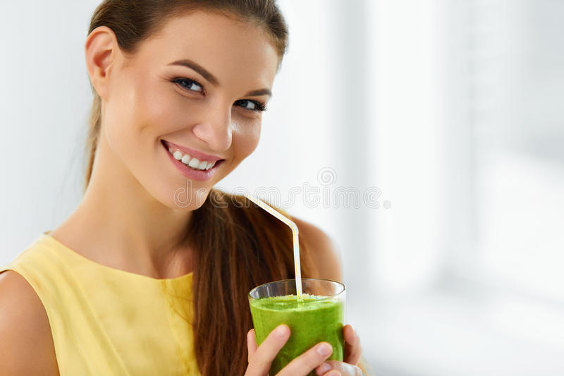 Zdrowy jedzenie, Je Kobieta Pije Detox sok Styl życia, kostka do gry obraz stock