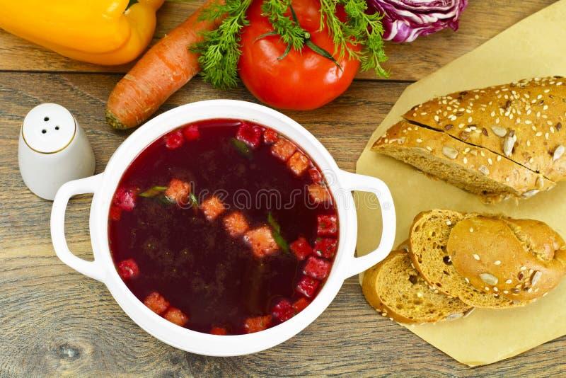 Zdrowy jedzenie: Polewka z burakami, pomidorem i warzywami, zdjęcie stock