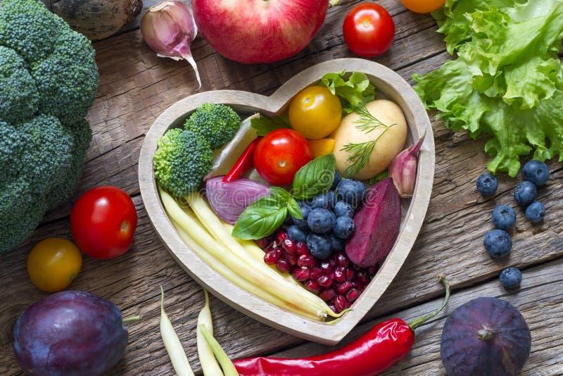 Zdrowy jedzenie w kierowej diety kulinarnym pojęciu z świeżymi owoc i warzywo zdjęcie stock