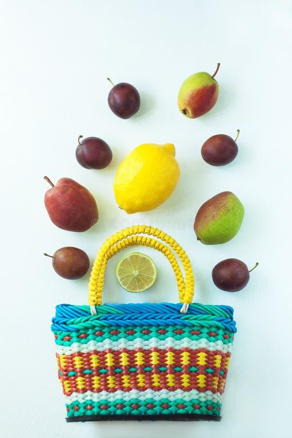 Zdrowy jedzenie w koszu Zero jałowych pojęć, kolorowe reusable eco torby fotografia stock