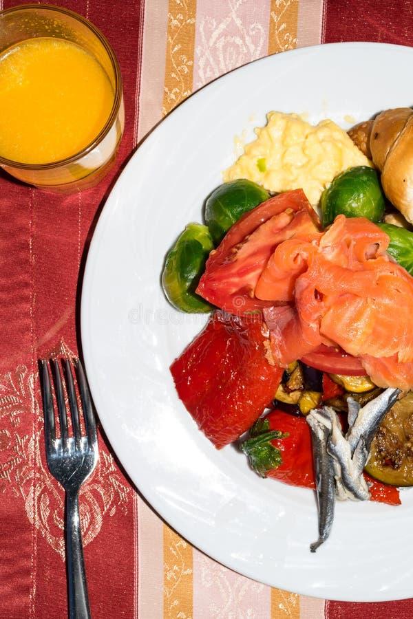 Zdrowy jedzenie z sardelami, łosoś, omelette, croissant, oberżyna, czerwony dzwonkowy pieprz, Brussels flance, sok pomarańczowy w zdjęcia royalty free