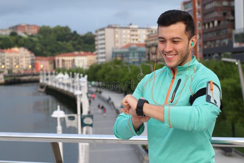 Zdrowy jogger używa jego galanteryjny smartwatch zdjęcie stock