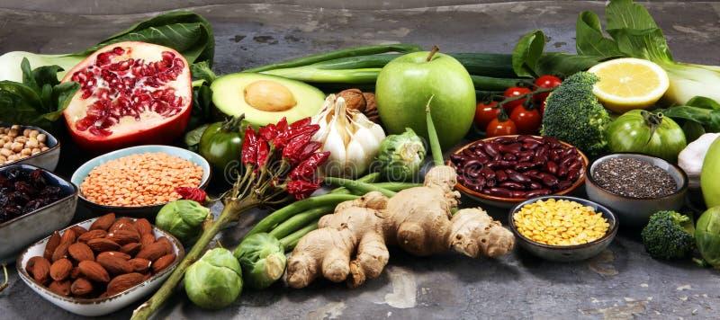 Zdrowy karmowy czysty łasowanie wybór owoc, warzywo, ziarna, superfood, zboża, liścia warzywo na nieociosanym tle zdjęcie stock