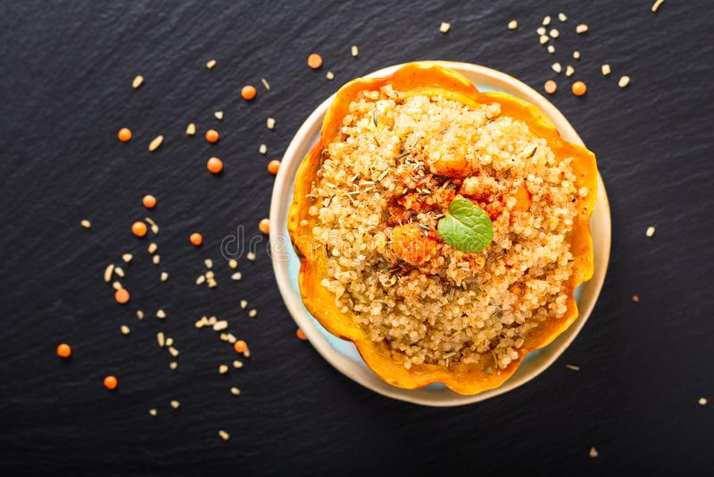 Zdrowy karmowy domowej roboty organicznie Quinoa Faszerujący słodki klucha kabaczek na czerń łupku kamieniu z kopii przestrzenią obraz stock