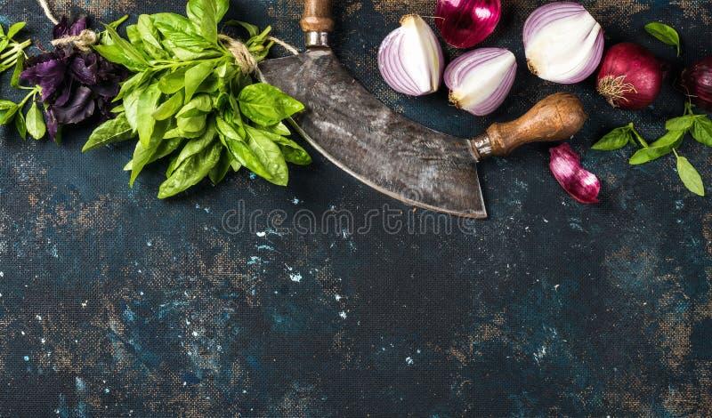 Zdrowy karmowy kulinarny tło nad zmrokiem - błękit malował sklejkową teksturę zdjęcia royalty free