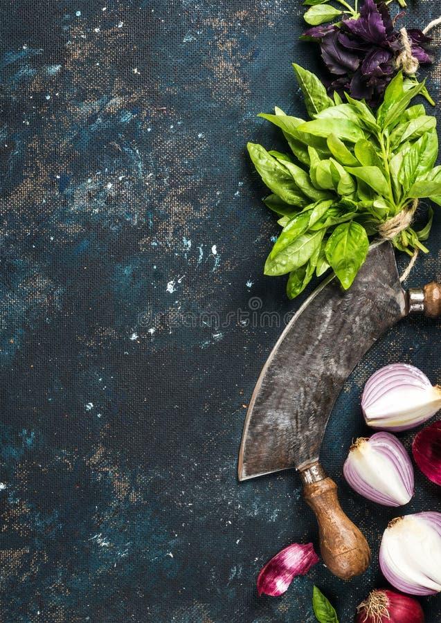 Zdrowy karmowy kulinarny tło nad zmrokiem - błękit malował sklejkową teksturę fotografia royalty free