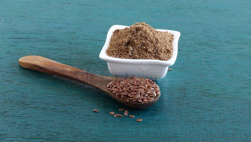 Zdrowy Karmowy lna ziarna proszek w pucharze zdjęcie royalty free