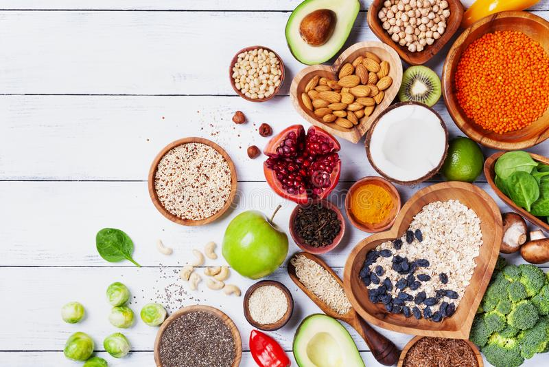 Zdrowy karmowy t?o od owoc, warzyw, zbo?a, dokr?tek i superfood, ?ywienioniowi i zr?wnowa?eni jarscy ?asowanie produkty