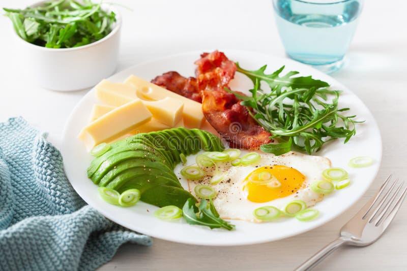 Zdrowy keto śniadanie: jajko, avocado ser, bekon zdjęcia royalty free