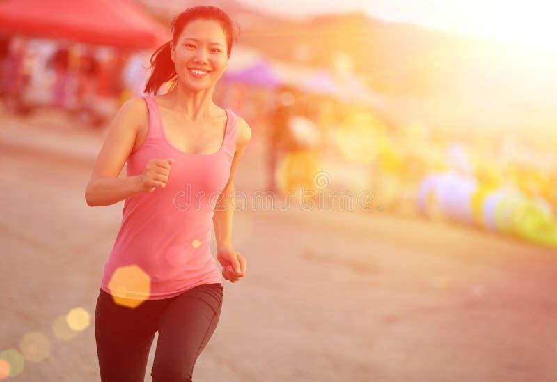 Zdrowy kobieta bieg na plaży zdjęcia royalty free