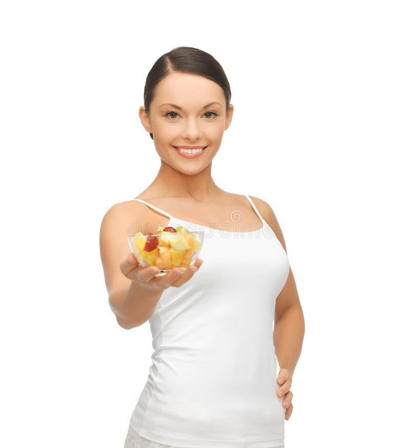 Zdrowy kobiety mienia puchar z owocową sałatką fotografia stock