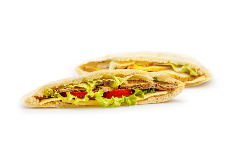 zdrowy lunch Chlebowy pita z plombowaniem mięso, pomidory i sałatka odizolowywający na bielu, obraz royalty free