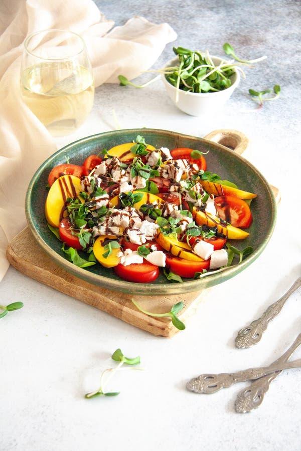 Zdrowy lunch: kurczak sałatka z brzoskwinią i pomidorem fotografia stock