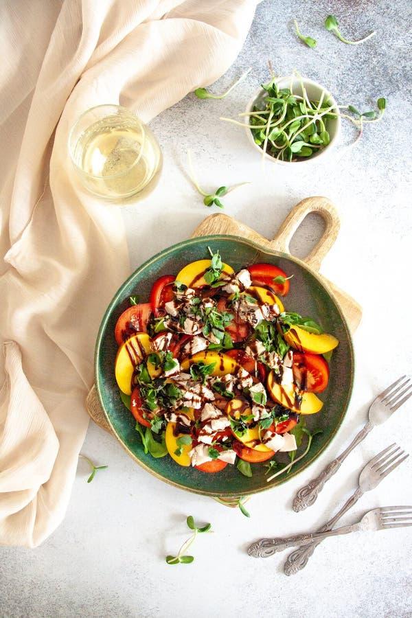 Zdrowy lunch: kurczak sałatka z brzoskwinią i pomidorem zdjęcie stock