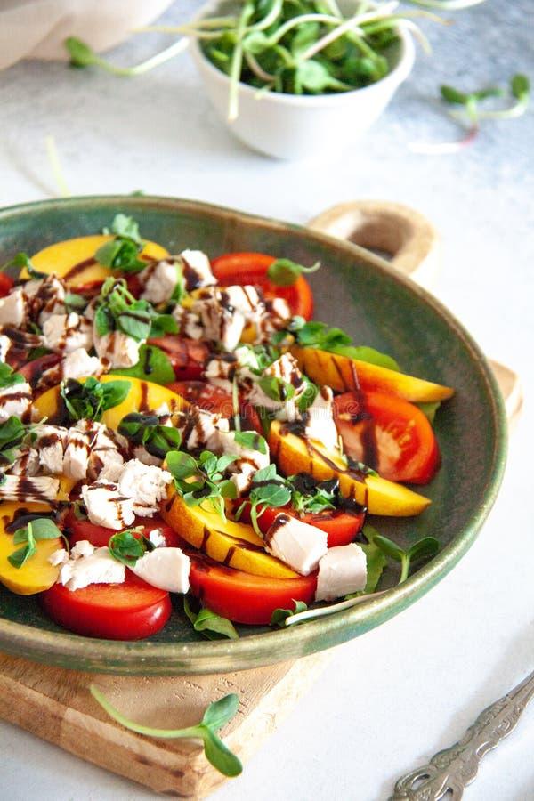 Zdrowy lunch: kurczak sałatka z brzoskwinią i pomidorem zdjęcie royalty free