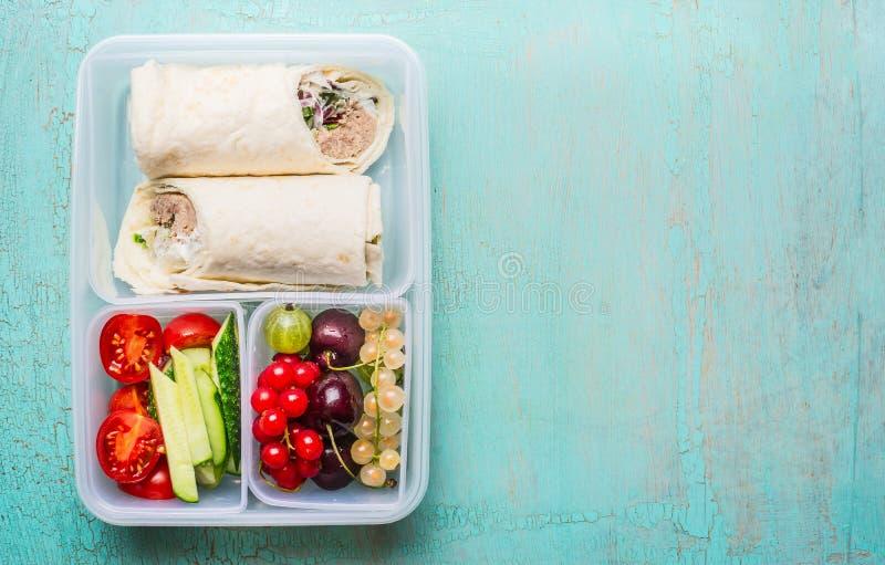 Zdrowy lunchu pudełko z tuńczyka tortilla opakunkami, owoc i warzywo obraz stock