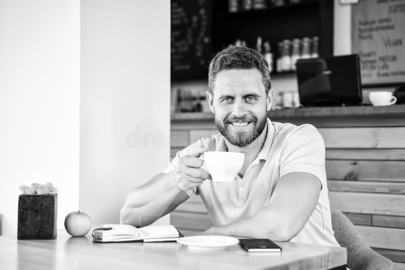 Zdrowy mężczyzna opieki witaminy odżywianie podczas dnia roboczego Fizyczny i umysłowy wellbeing pojęcie Mężczyzna siedzi je ziel zdjęcia stock