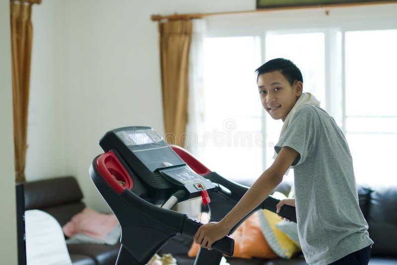 Zdrowy Młody Asia mężczyzna ono uśmiecha się z szczęśliwą twarzą obrazy stock
