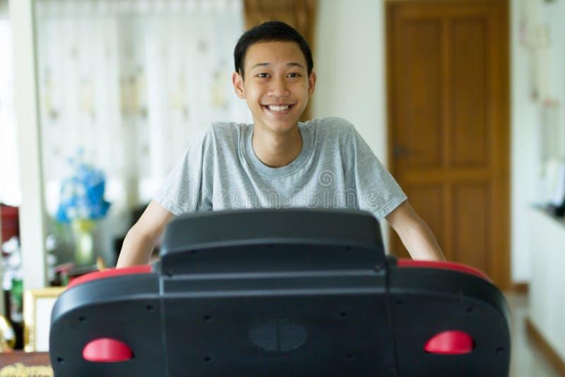 Zdrowy młody Asia mężczyzny ćwiczenie w domu obraz stock