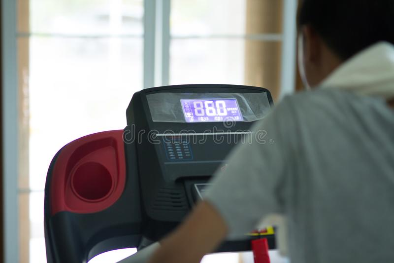 Zdrowy młody Asia mężczyzny ćwiczenie w domu obrazy stock