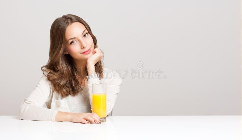 Zdrowy młody brunetki piękno fotografia stock