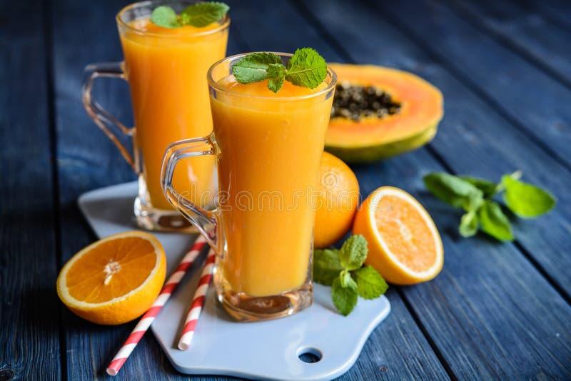 Zdrowy melonowa, pomarańcze i mango smoothie, zdjęcie stock
