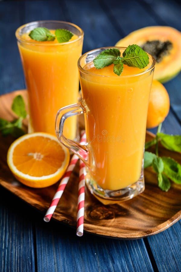Zdrowy melonowa, pomarańcze i mango smoothie, zdjęcie royalty free